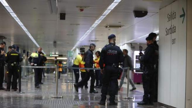 Los Mossos d'Esquadra han desalojado esta mañana dos trenes del AVE en la estación de Sants de Barcelona al detectarse dentro de una maleta un objeto sospechoso, con forma de artefacto, y han desplegado a los equipos Tedax