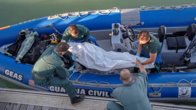 Trasladan a Barbate (Cádiz) el cuerpo sin vida de un inmigrante fallecido en el naufragio.