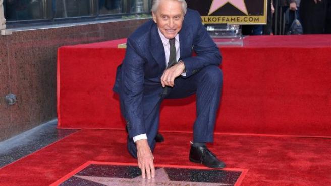 Michael Douglas recine su estrella en el Paseo de la Fama en Hollywood.
