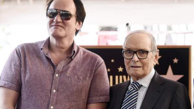 Quentin Tarantino y Ennio Morricone, durante la concesión de una estrella en el Paseo de la Fama de Holywood al compositor.