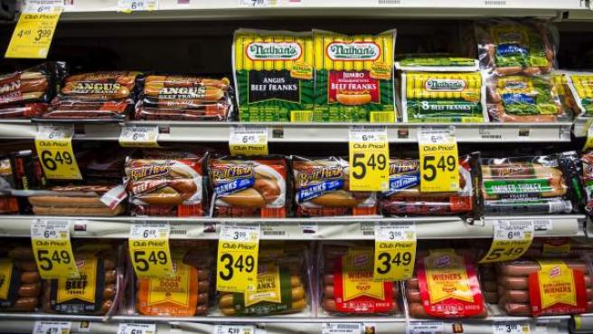 Expositor de salchichas cocidas en un supermercado.