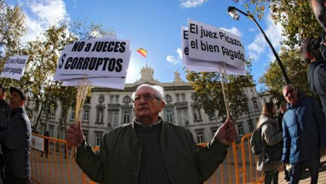 Un grupo de manifestantes protesta contra la decisión del Tribunal Supremo sobre las hipotecas.