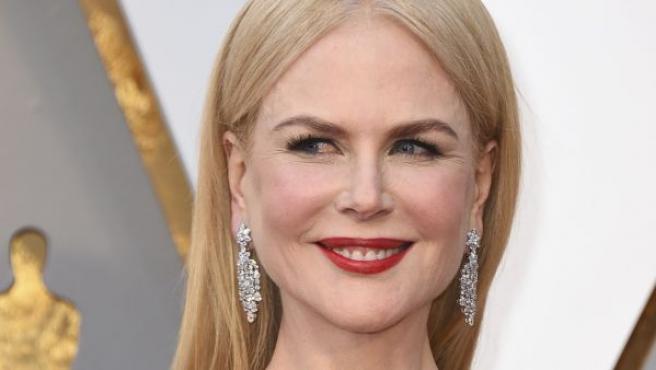 Nicole Kidman luce un vestido azul eléctrico en la alfombra roja de los Óscar 2018.