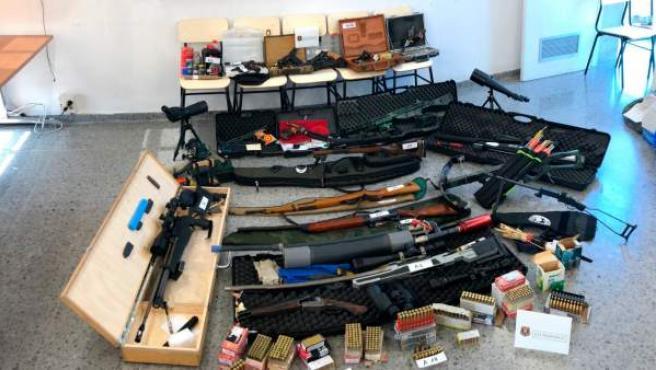 Las armas que los Mossos decomisaron al tirador.