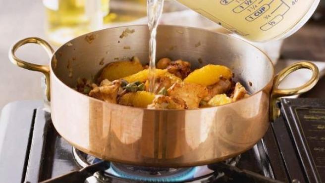 Sanidad recomienda cocinar a baja temperatura para evitar la acrilamida.