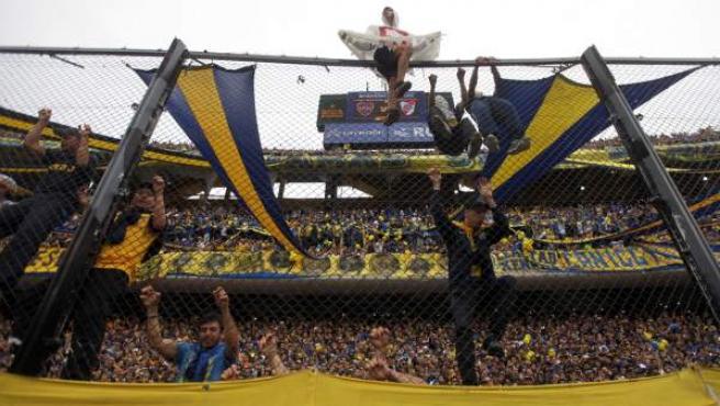 Aficionados de Boca Juniors en la grada de su estadio, La Bombonera.
