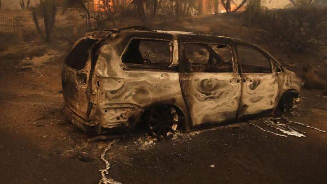 Una mansión arde en Malibú, California.