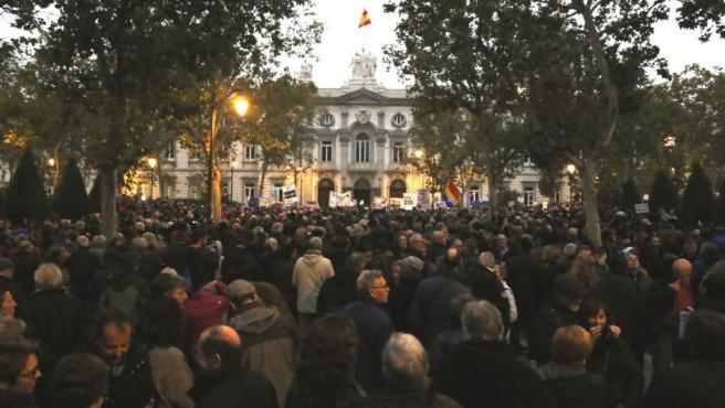 Miles de manifestantes, concentrados ante las puertas del Tribunal Supremo por el fallo sobre el impuesto de las hipotecas.