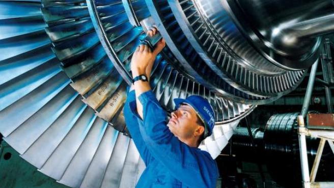Un trabajador de Siemens, trabajando en una factoría del grupo.