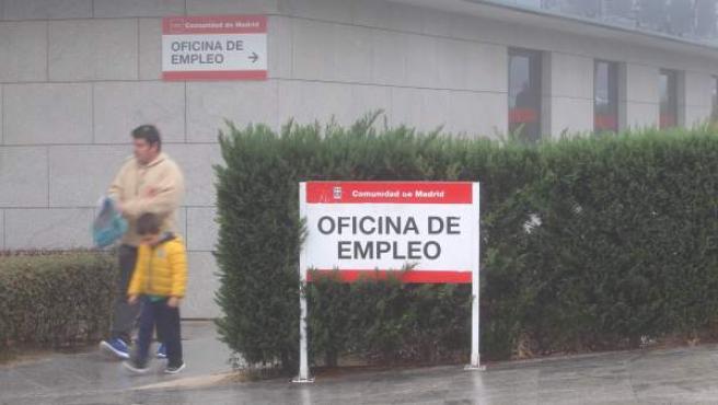 <p>Un hombre y un niño salen de una oficia de empleo de la Comunidad de Madrid.</p>