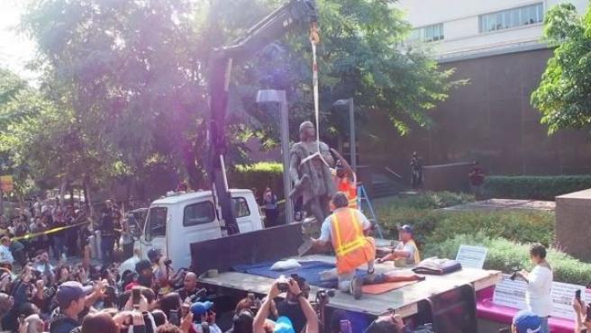 Los operarios municipales de Los Ángeles retirando la estatua de Cristobal Colón.