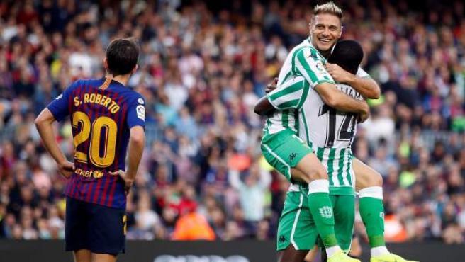 Los jugadores del Betis celebran uno de sus goles ante el Barcelona.
