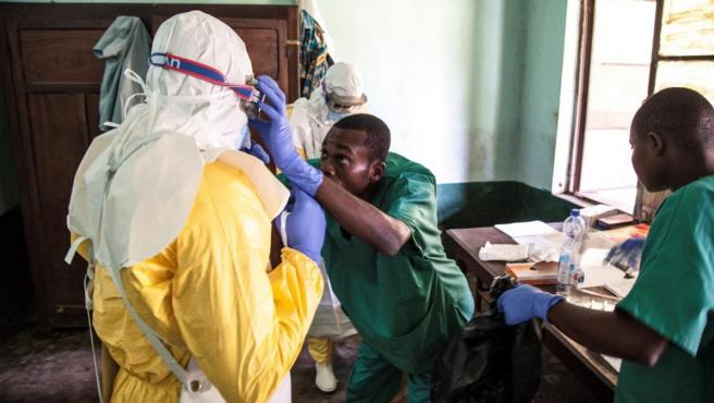 Trabajadores sanitarios, con equipos de protección para atender a pacientes con síntomas de ébola en el Hospital Bikoro, en la República Democrátrica del Congo.