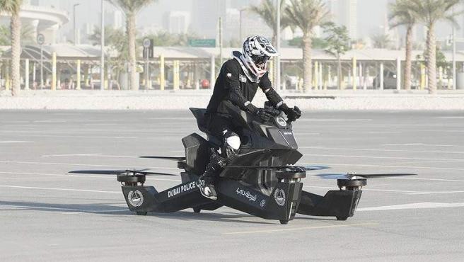 Un agente de la Policía de Dubai prueba una moto voladora 'hoverbike'.