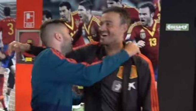 Jordi Alba y Luis Enrique se saludan a la llegada del jugador a la concentración de España.