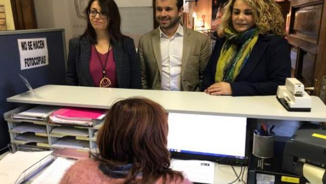 Concejales del PSOE registrando su petición