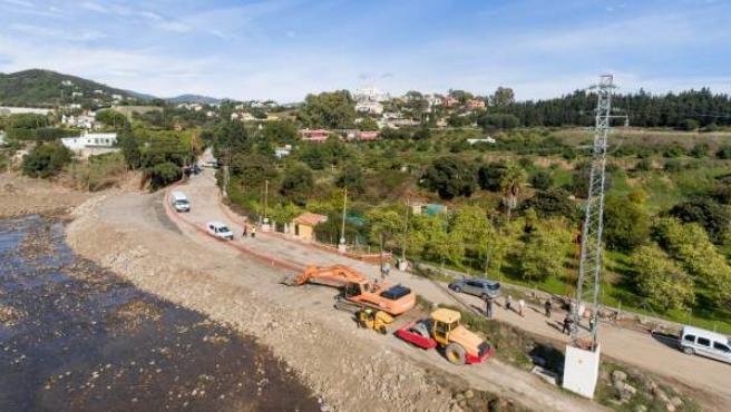 Carretera acceso forest hill destruido por lluvia abre de nuevo