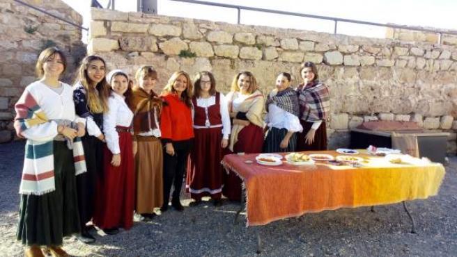 La concejala (c), con participantes en el proyecto Repoblar el Castillo de Jaén.