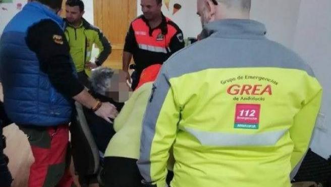 Efectivos del operativo junto al anciano rescatado