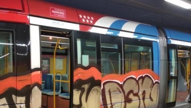 Tren de Metro pintado por grafiteros en la estación de Las Tablas.