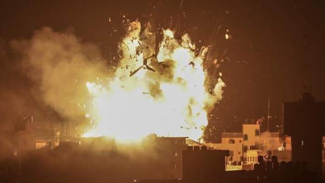 Explosión sobre el edificio del canal Al-Aqsa perteneciente al movimiento Hamas durante un ataque aéreo israelí en la Ciudad de Gaza.