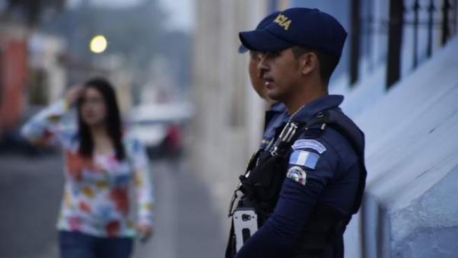 Un agente de Policía en Antigua, Guatemala.