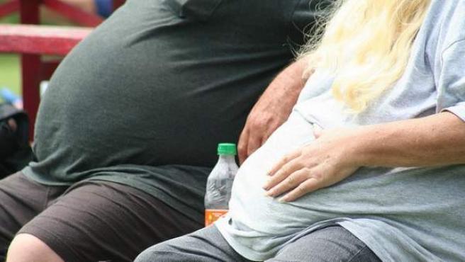 Imagen de archivo con dos personas obesas.