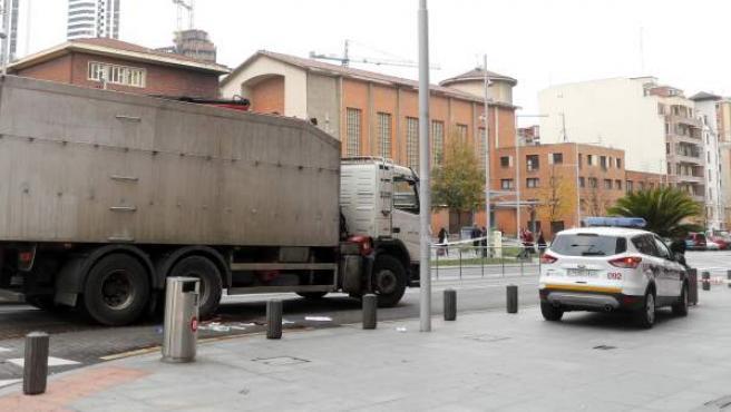 El camión que ha arrollado a una mujer que circulaba en bicicleta en el centro de Bilbao.