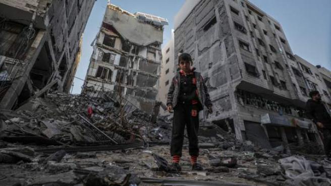 Un niño camina entres los escombros tras un ataque israelí en Gaza.