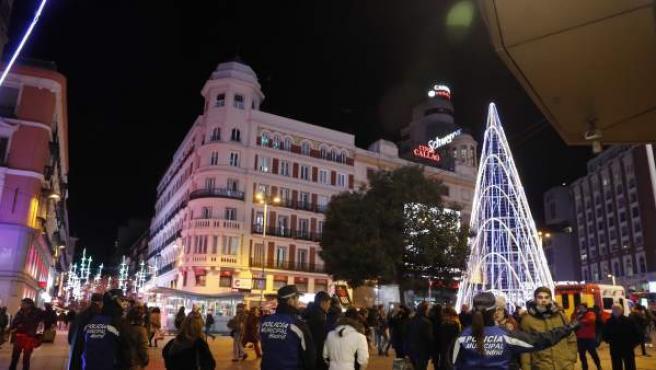 La Policía Municipal da indicaciones a los peatones en la calle de Preciados de Madrid.