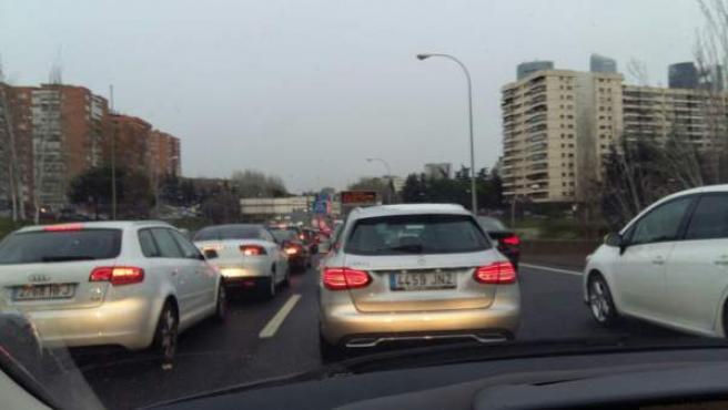 <p>Atasco de coches en la M30 de Madrid</p>