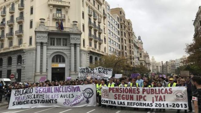 Manifestació de col·lectius de feministes i pensionistes a València