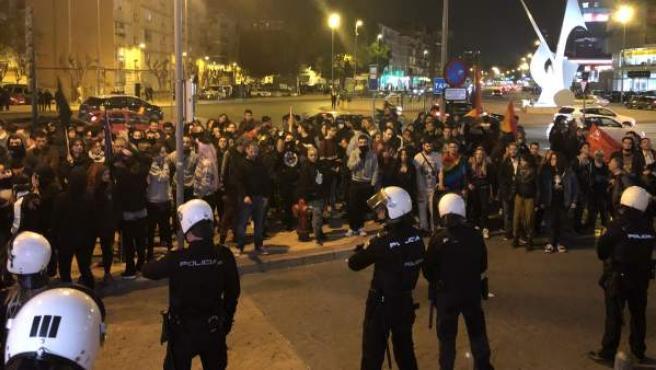 Manifestantes protestan contra la celebración de un acto de Vox en Murcia.