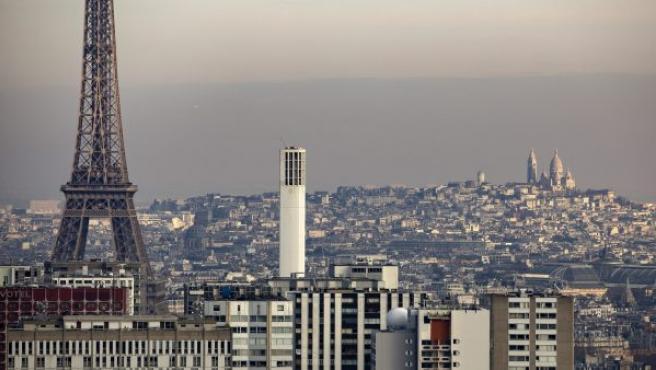 Vista general de la densa neblina producida por la contaminación sobre la basílica del Sacre Coeur de París (Francia).