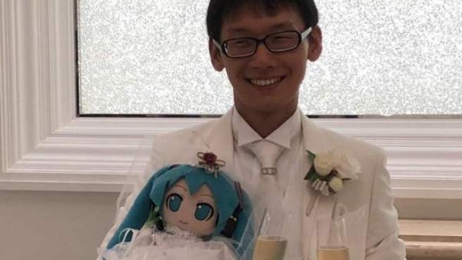 Akihiko Kondo durante la boda con el holograma de Hatsune Miku.