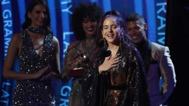 Rosalía, tras ganar el galardón a la Mejor Fusión / Interpretación Urbana, durante la ceremonia de los 19 Premios Grammy Latinos, en el MGM Grand Garden Arena de Las Vegas, Nevada, EE UU.