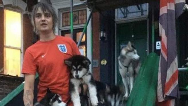 El cantante Pete Doherty comaprte en Instagram una imagen con sus perros.