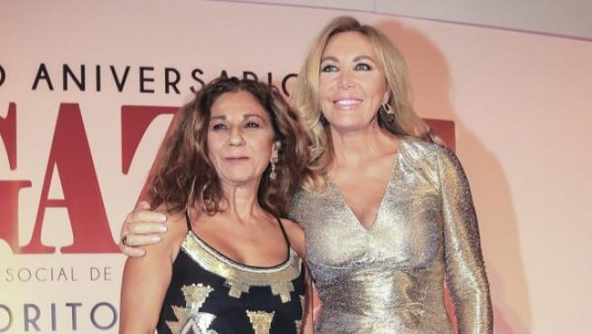 Norma Duval y Lolita Flores durante la 6 edición de los premios Favoritos 2018 en Sevilla.
