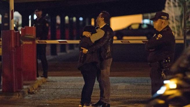 Compañeros de trabajo de la mujer apuñalada por su expareja en una tienda de muebles de Palma de Mallorca se abrazan tras el crimen machista.
