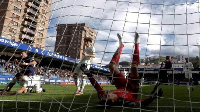 Momento en el que Sergi Enrich marca para el Real Madrid.