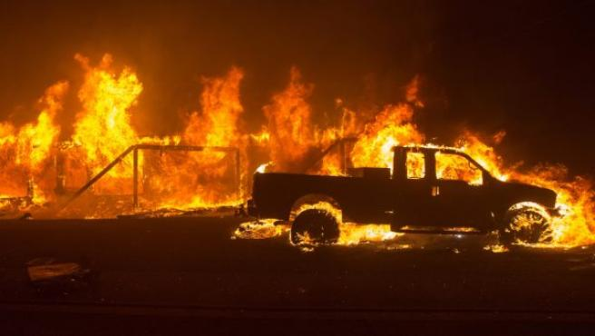 Impactante imagen de un vehículo y una casa en llamas, durante un incendio en el condado de Butte (California).