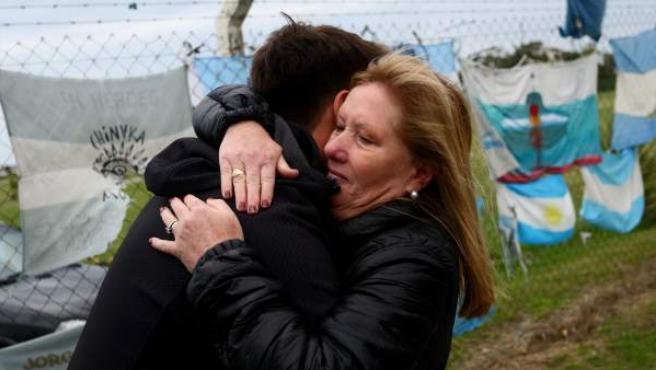 Familiares y amigos de los tripulantes que viajaban en el submarino ARA San Juan se abrazan en la base naval de Mar del Plata (Argentina).