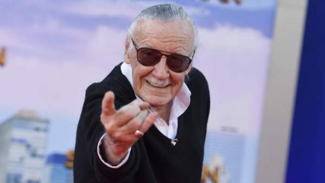Stan Lee hace el característico gesto de lanzar redes en la premiere de 'Spider-Man: Homecoming'.