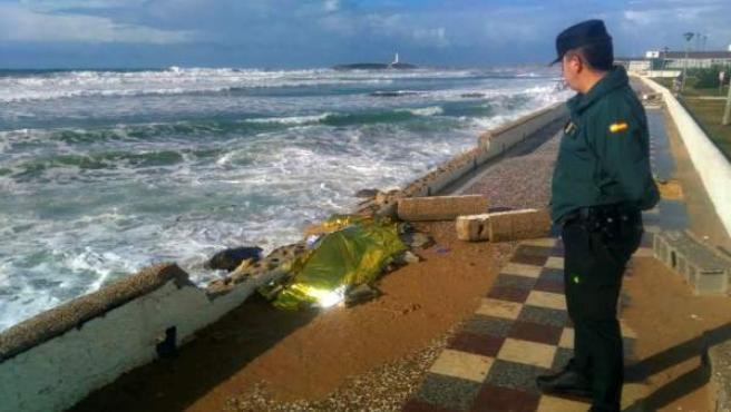 Imagen facilitada por la Guardia Civil del cuerpo número 21 recuperado tras el naufragio de una patera el pasado 5 de noviembre en Los Caños de Meca, Cádiz.