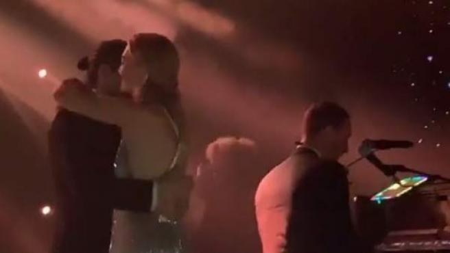 Chris Martin tocando el piano en la boda de Marta Ortega y Carlos Torretta.