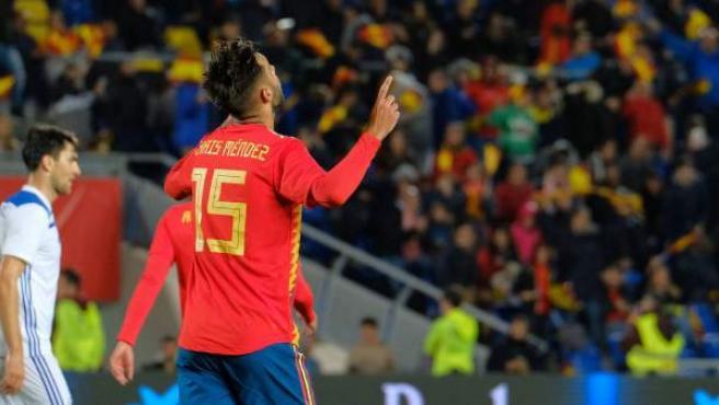 Brais Méndez celebra su primer gol con la selección española.