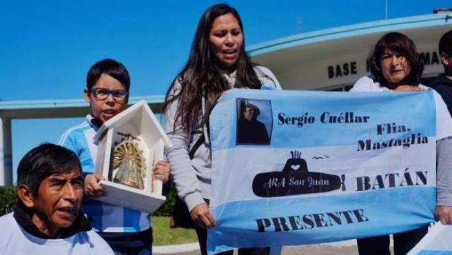 Familiares de los 44 tripulantes del submarino argentino ARA San Juan se manifiestan en Mar del Plata (Argentina) para reclamar que la nave sea reflotada.