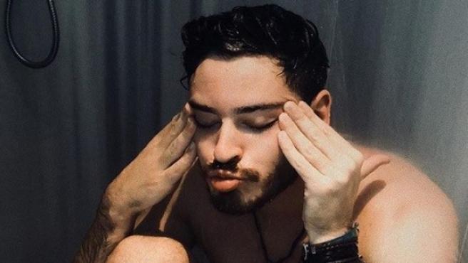 Cepeda, desnudo, emula la portada del sencillo de Nerea.