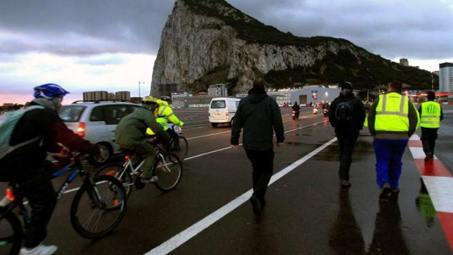 Desde primeras horas de la mañana son muchos los españoles que cruzan la frontera con Gibraltar cada día para acudir a su puesto de trabajo.