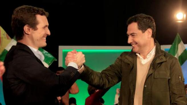 El presidente del PP nacional, Pablo Casado (i), junto al candidato a la Junta de Andalucía, Juanma Moreno, se saludan antes de comenzar un acto electoral.